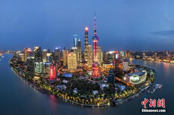 """2021年,中国共产党迎来百年华诞。一百年前,上海兴业路(1943年前称望志路)76号曾是中共一大代表李汉俊的家,1921年7月23日,中国共产党第一次全国代表大会在这里正式召开,肩负改变中国命运的中国共产党宣告诞生。一百年后的今天,上海已成为现代化的国际大都市,正在发展成为国际经济、金融、贸易和航运中心。2018年,全球第一个以""""进口""""为主题的大型国家级展会——中国国际进口博览会在上海召开,全球展商共襄盛举。2020年,而立之年的浦东新区已发展为国际金融城,风华正茂,以众志成城的魄力和不断创新的实力展示着新时代的中国速度。图为2020年,航拍上海浦东陆家嘴夜景,灯火辉煌美不胜收。(无人机..."""